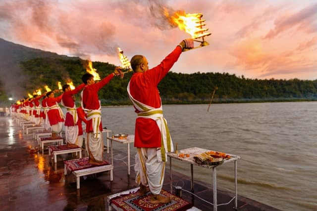 ऋषिकेश यात्रा में योग और आश्रम - Yoga And Ashrams Which You Can Visit On Your Rishikesh Yatra In Hindi