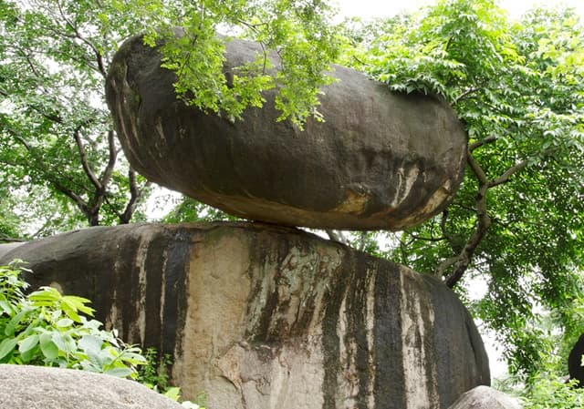 बैलेंसिंग रॉक जबलपुर - Bhedaghat Me Ghumne Ki Jagah Balancing Rock In Hindi