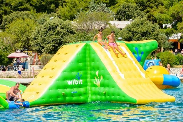 बच्चो के लिए मानसून फन पार्क - Monsoon Fun Park On Baga Beach In Hindi