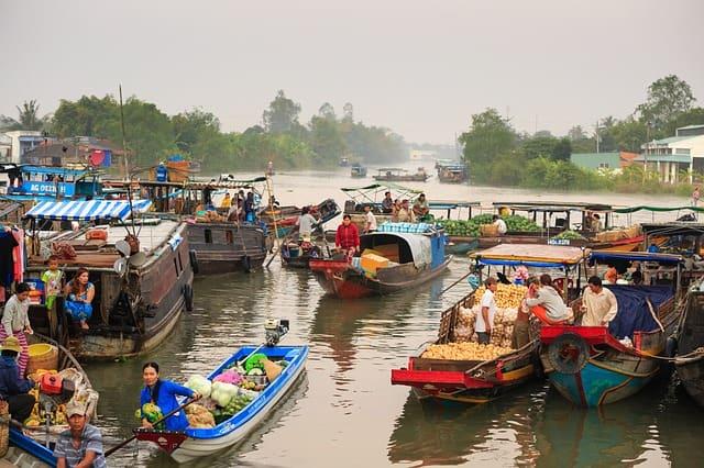 बैंकॉक में देखने की जगह का तैरता हुआ बाजार - Floating Market In Bangkok In Hindi