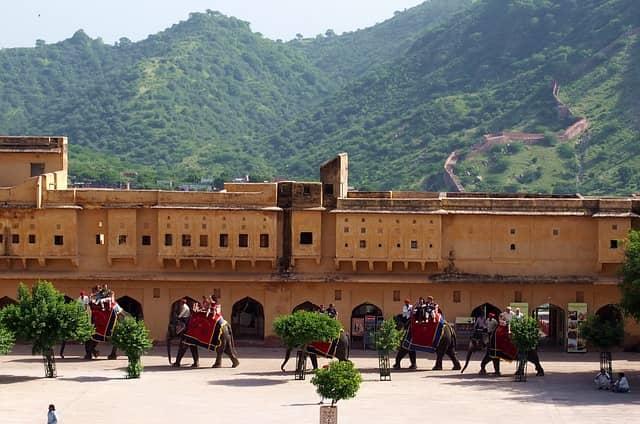 जयपुर का प्रमुख आकर्षण आमेर का किला - Jaipur Me Ghumne Ki Acchi Jagha Amber Fort In Hindi