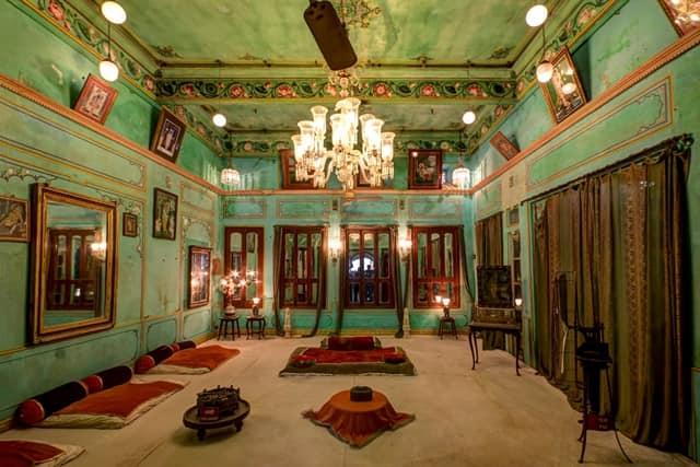 उदयपुर शहर का सबसे प्रमुख पर्यटन स्थल क्रिस्टल गैलरी - Udaipur Ka Pramukh Paryatan Sthal Crystal Gallery In Hindi