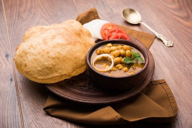 दिल्ली का मशहूर स्ट्रीट फूड छोला-बटूरा - Delhi Ka Mashoor Street Food Chole Bhature In Hindi
