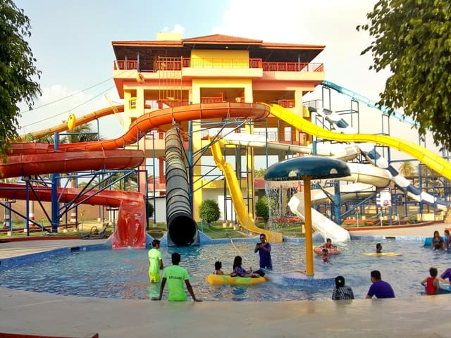 भोपाल के आसपास घूमने की जगह क्रिसेंट वाटर पार्क - Bhopal Ke Aas Pass Ghumne Ki Jagah Crescent Water Park In Hindi
