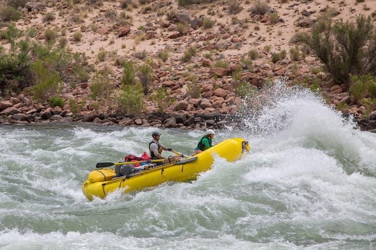 नग्गर के पास रिवर राफ़्टिंग - Naggar Ke Pass River Rafting In Hindi