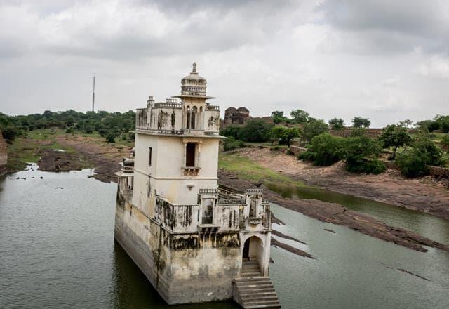 चित्तौड़गढ़ किले में घूमने वाली जगह पद्मिनी का महल - Chittorgarh Fort Mein Ghumne Vali Jagah Padmini's Palace In Hindi