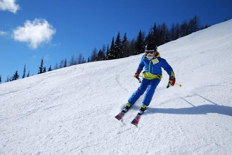 नग्गर कैसल के पास स्कीइंग