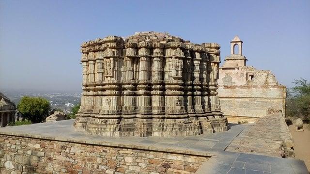 चित्तौड़गढ़ किले के पर्यटन स्थल कीर्ति स्तम्भ - Chittorgarh Fort Ke Paryatan Sthal Kirti Stambh In Hindi