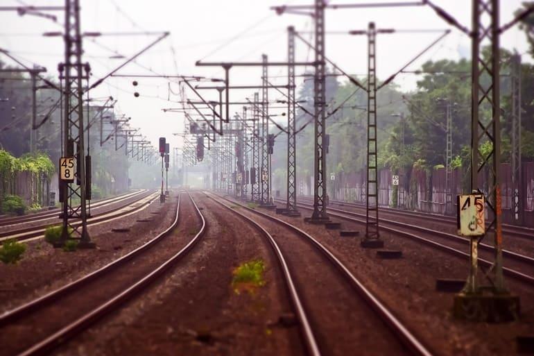 ट्रेन से त्रिलोकपुर मंदिर कैसे पहुंचे