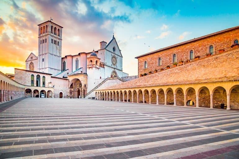 इटली की ऐतिहासिक जगह बेसिलिका डि सैन फ्रांसेस्को अस्सी