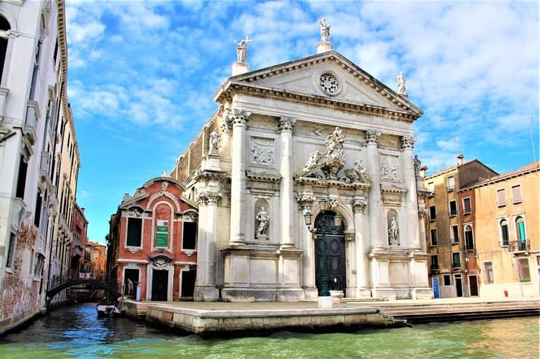 वेनिस के दर्शनीय स्थल कोरस पास चर्च
