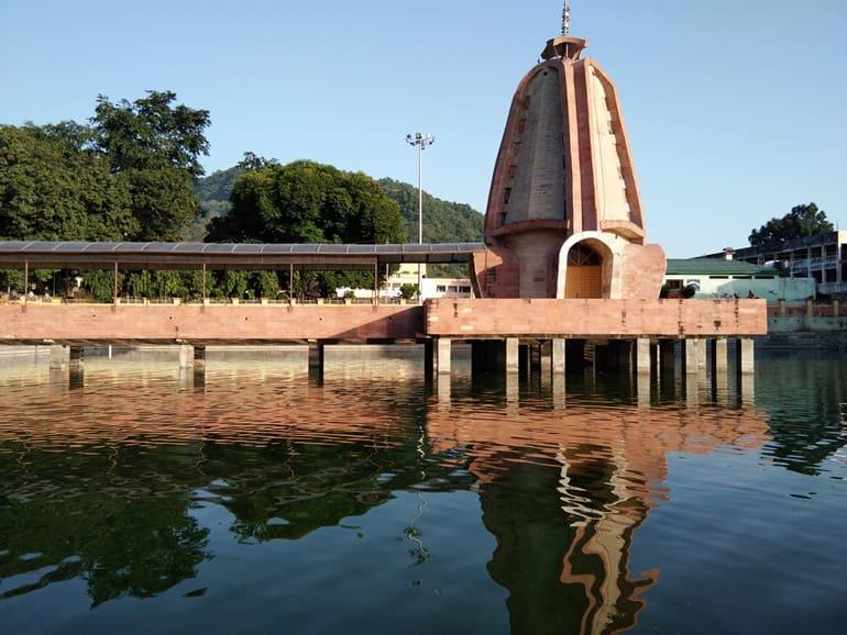 त्रिलोकपुर मंदिर की पृष्ठभूमि