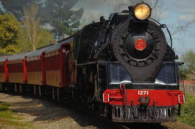 रेलगाड़ी से कलातोप खजियार अभयारण्य कैसे पहुँचे