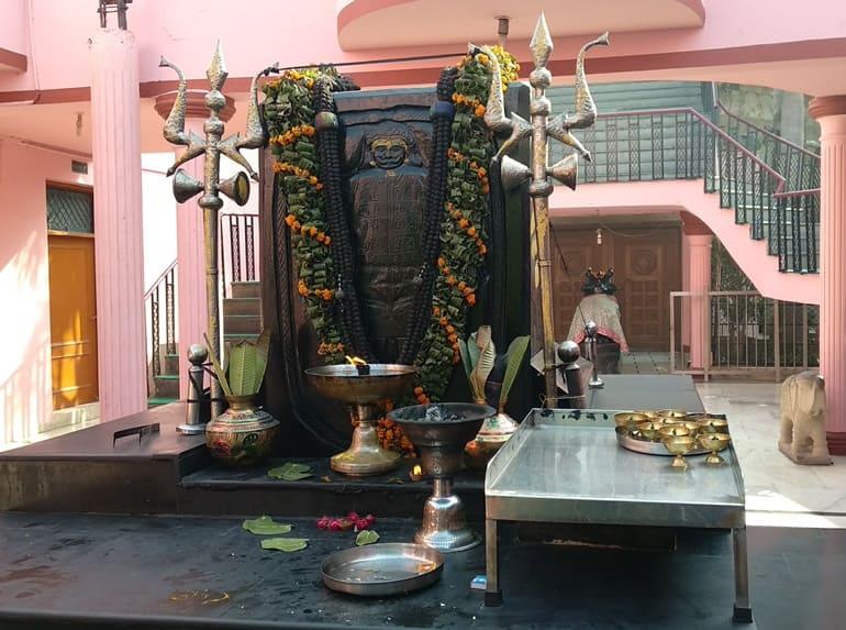 शनिधाम मंदिर में पूजा और अनुष्ठान