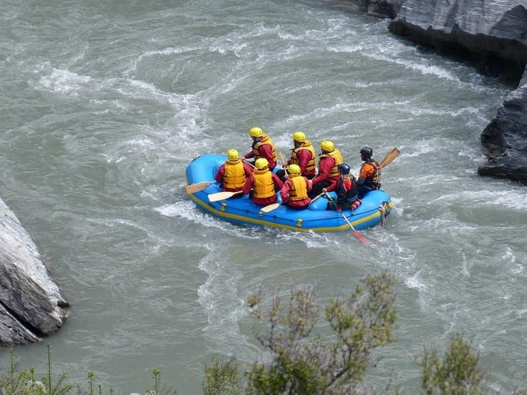 ब्यास नदी कुल्लू मनाली में रिवर राफ्टिंग