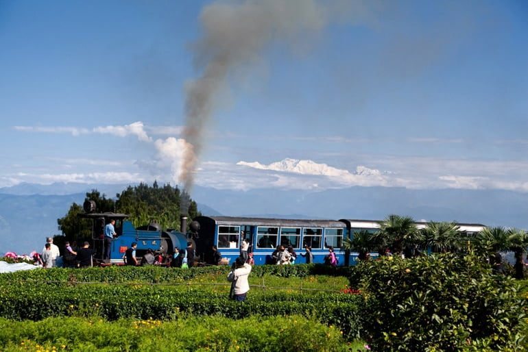 दार्जिलिंग हिमालयन रेलवे घूमने की जानकारी और पर्यटन स्थल - Darjeeling Himalayan Railway In Hindi