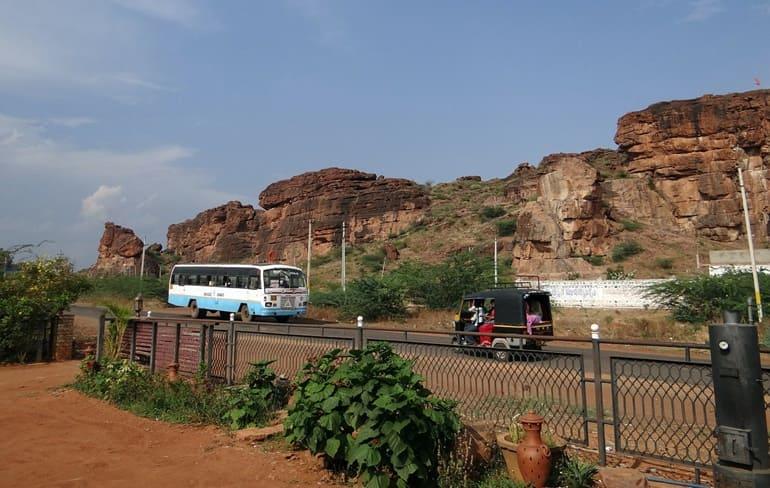 सड़क द्वारा कैला देवी मंदिर कैसे पहुंचे