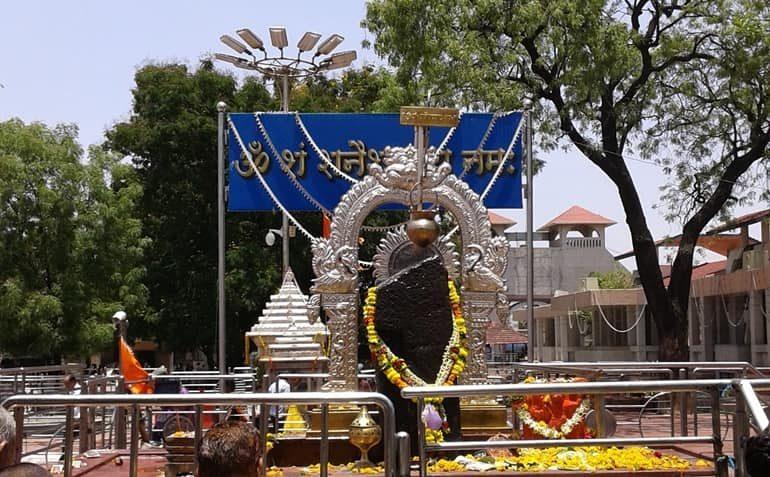 शनि शिंगणापुर मंदिर के दर्शन और यात्रा की पूरी जानकारी - Shani Shingnapur Temple In Hindi