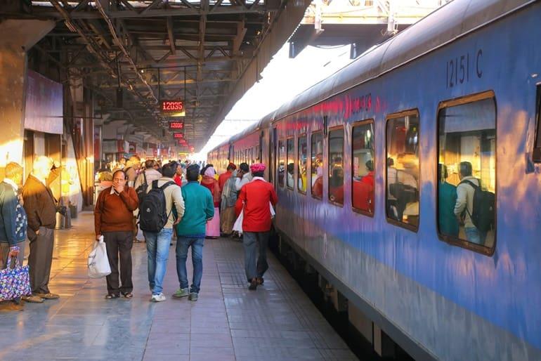 रेल द्वारा भांड देवरा मंदिर तक कैसे पहुंचे