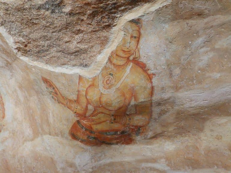 सिगिरिया चित्रकला को देखने के लिए मिरर वॉल और भित्तिचित्रों से ढकी रॉक