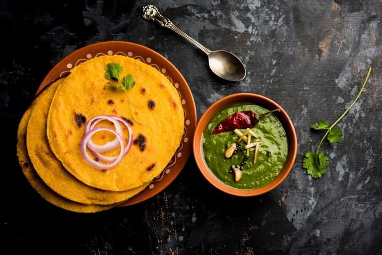 इंडिया में खाने के लिए प्रसिद्ध व्यंजन मक्के की रोटी और सरसों का साग
