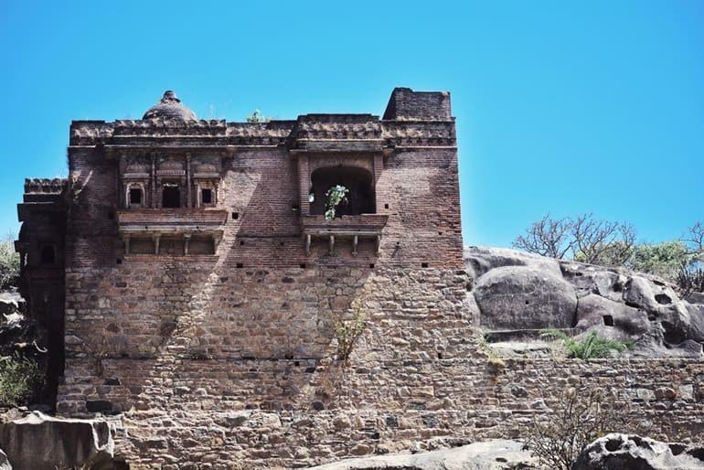 माउंट अबू का अचलगढ़ क़िला और इसके पर्यटन स्थल घूमने की जानकारी – Achalgarh Fort In Hindi
