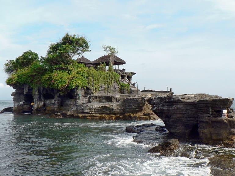 बाली का धार्मिक स्थल पुरा तनह लोट मंदिर
