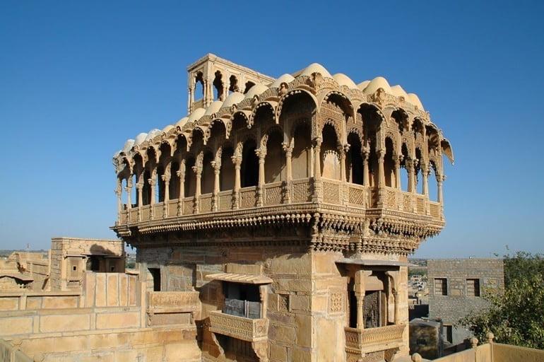 जैसलमेर की मोती महल (सलीम सिंह की हवेली) में आप यह कर सकते है