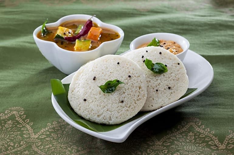 साउथ इंडिया में खाने के लिए सबसे स्वादिष्ट व्यंजन इडली सांभर