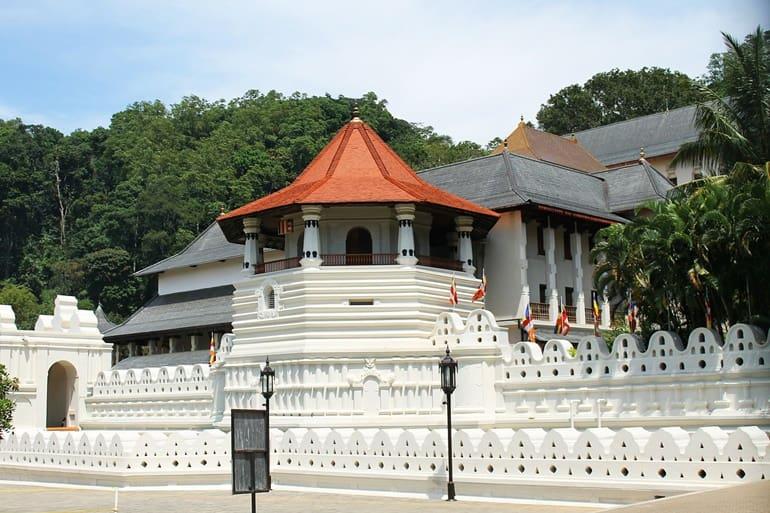 कैंडी का प्रसिद्ध दर्शनीय स्थल टूथ अवशेष का मंदिर