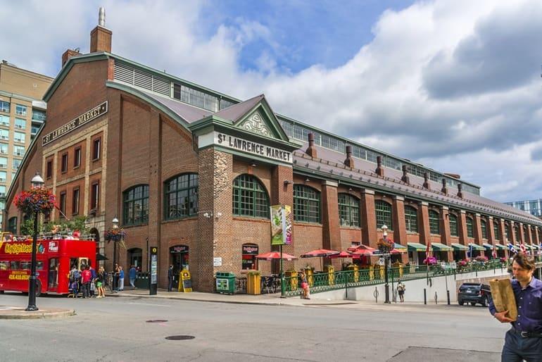 टोरंटो में घूमने के लिए सबसे बड़ा बाज़ार सेंट लॉरेंस मार्केट टोरंटो