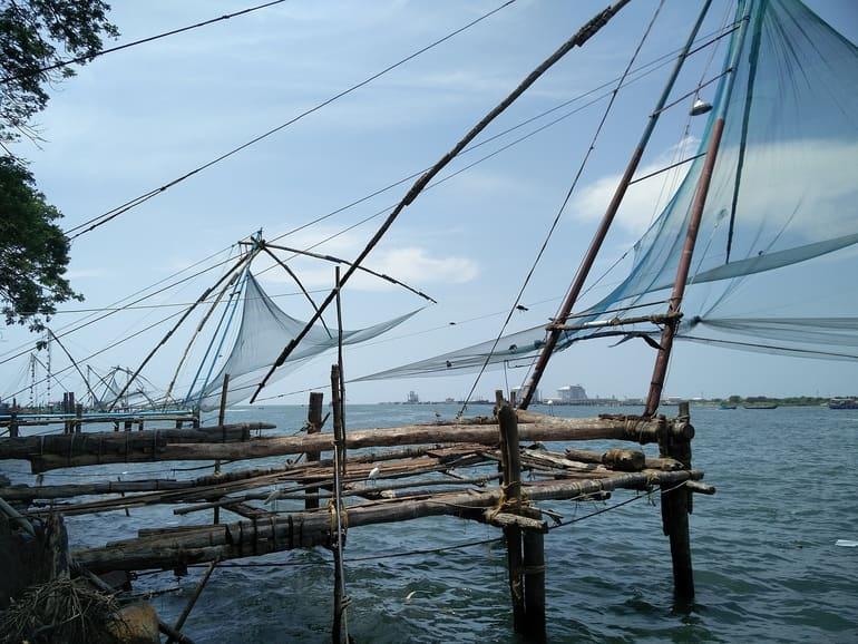कोच्चि पर्यटन में घूमने लायक जगह चीनी मत्स्य पालन जाल - Kochi Paryatan Me Ghumne Layak Jagah Chinese Fishing Nets In Hindi