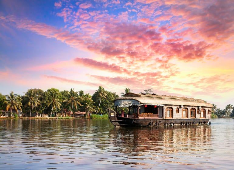 अल्लेपी का आकर्षण स्थल पुन्नमदा झील - Alleppey Ka Aakarshan Sthal Punnamada Lake In Hindi