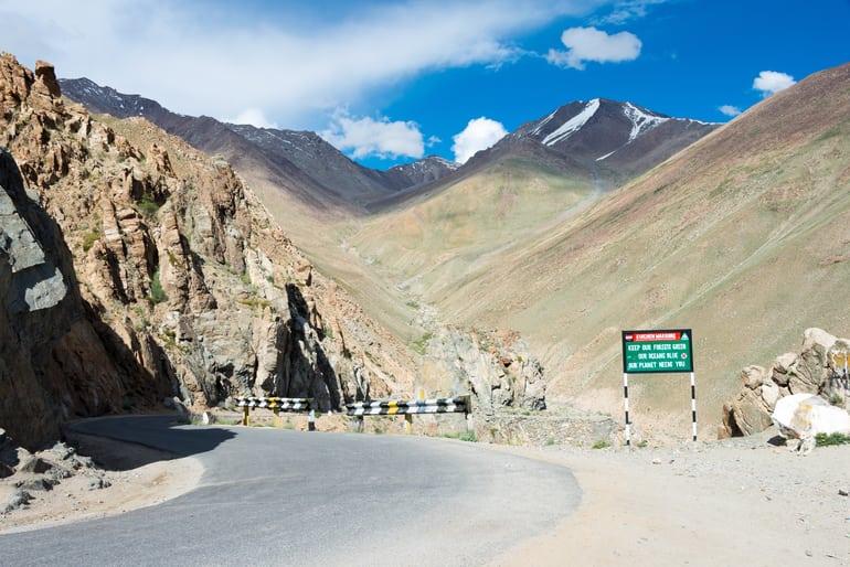 लद्दाख के फेमस टूरिस्ट प्लेस खारदुंग ला दर्रा की यात्रा से जुड़ी पूरी जानकारी - Complete Information Of Khardong La Pass In Hindi